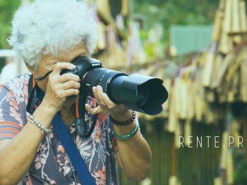 Бабушка-пенсионер фотограф-любитель