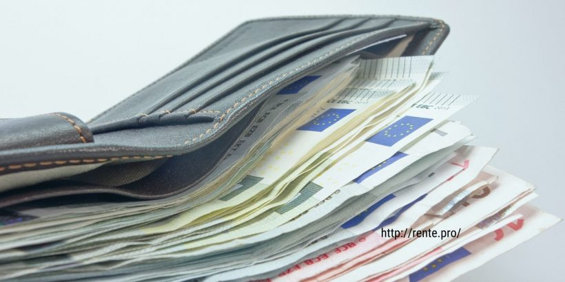Кошелек с деньгами евро